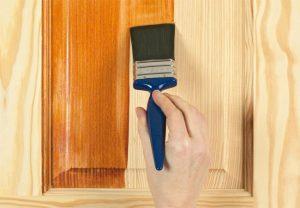 Quét lớp vecni mỏng lên đồ gỗ