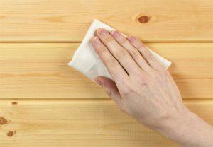 Sử dụng vải ẩm để làm sạch đồ gỗ