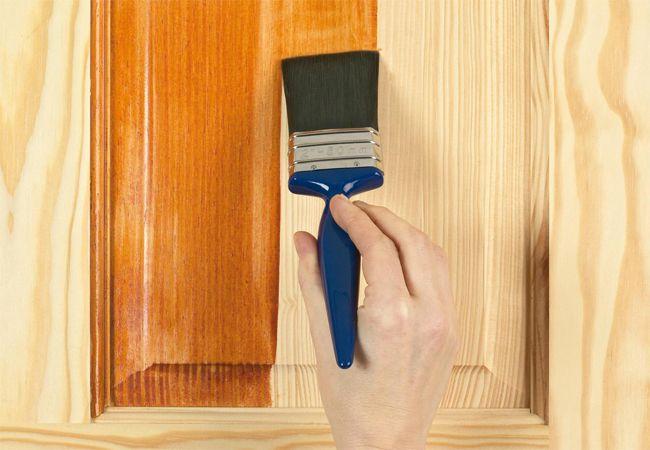 Quét lớp vecni mỏng lên bề mặt đồ gỗ