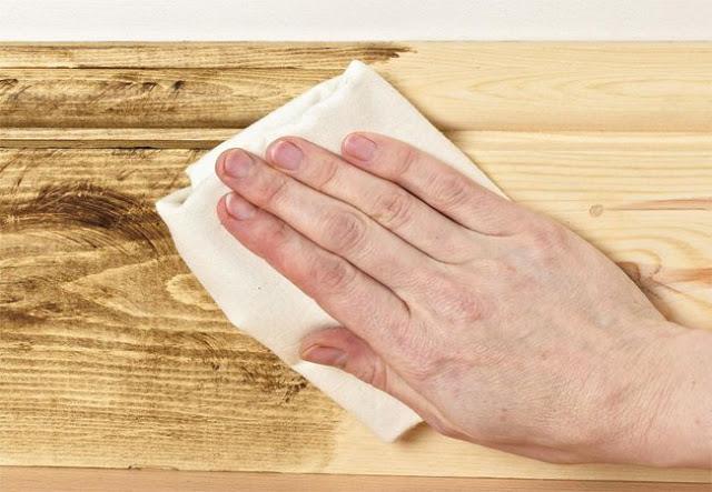 Trước khi đánh vecni sử dụng vải ẩm để làm sạch