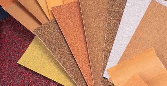 Sử dụng giấy nhám 100 – 120 grit để đánh bóng bề mặt đồ gỗ