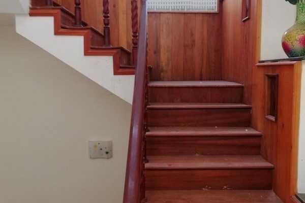 Cách làm sạch cầu thang gỗ sáng bóng