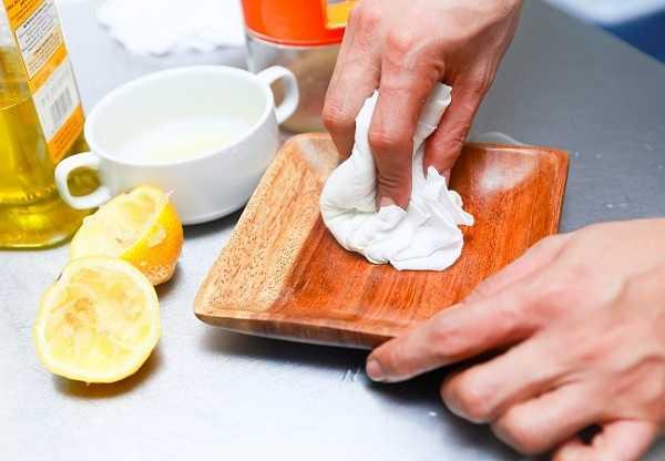Làm sạch đồ gỗ bằng dấm ăn hoặc chanh pha loãng